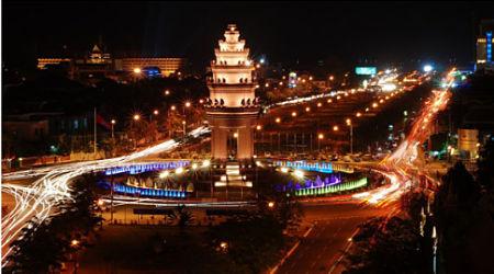 Phnom Penh không xô bồ nhưng cũng không quá tịch mịch vào ban đêm