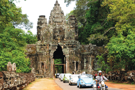 Volkswagen cổ và cổng nam thành Angkor Thom.