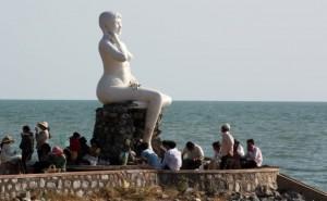 Pho tượng thiếu nữ ở thành phố biển Kep