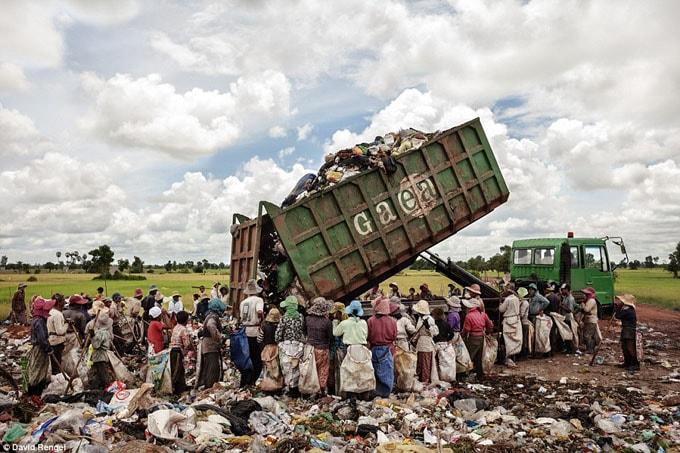 Có hơn 300 người sinh sống trên bãi rác khổng lồ