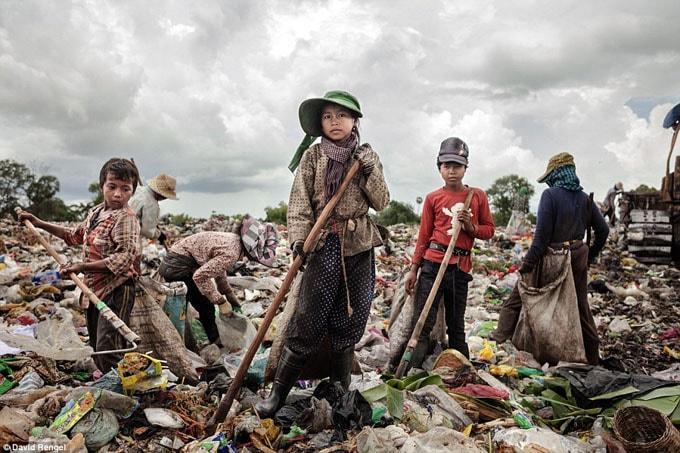 Có hơn 100 đứa trẻ sống và làm việc trên bãi rác