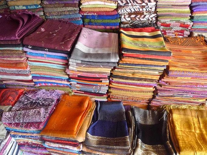 Sản phẩm lụa được bày bán nhiều nơi tại các chợ ở Phnom Penh