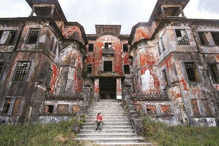 Khách sạn nằm trong thành phố ma Bokor