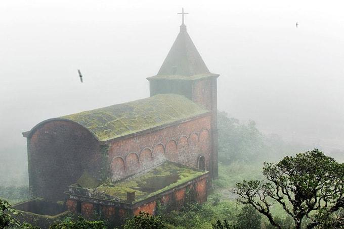Nhà thờ trên đỉnh Bokor bị sương mù bao phủ