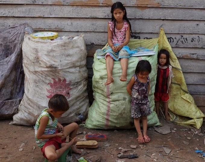 Những đứa trẻ say sưa chơi đùa với rác