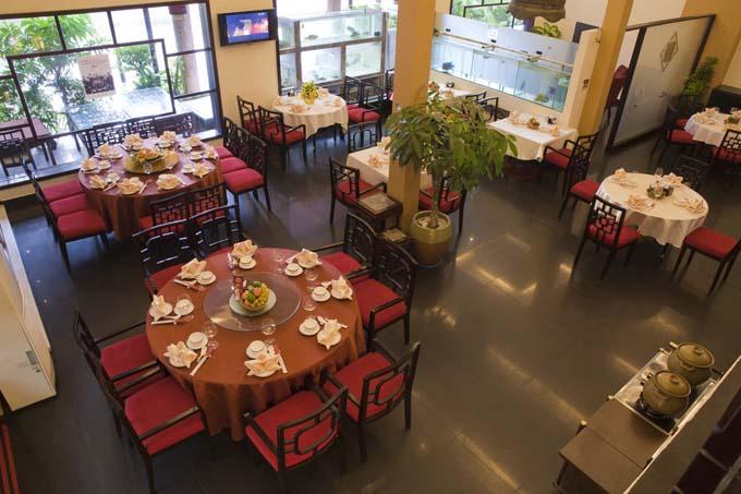 Khu vực ăn uống trong khách sạn Almond Hotel