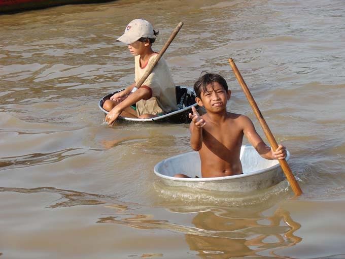 Những đứa trẻ mưu sinh bằng nghề ăn xin trên Biển Hồ