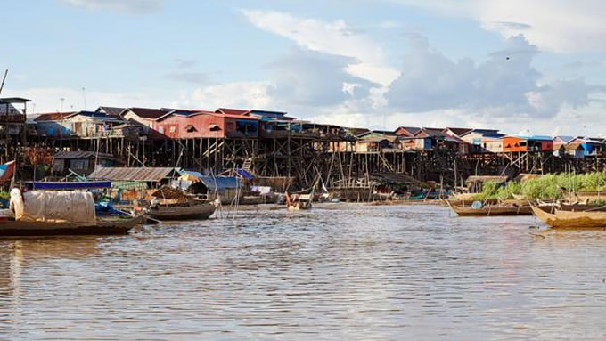 Những ngôi nhà nổi lụp xụp trên Biển Hồ