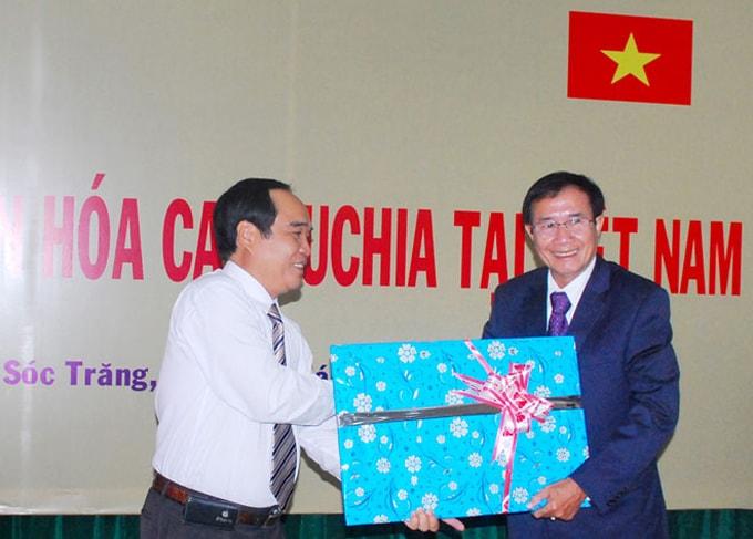 Phó Chủ tịch UBND tỉnh Sóc Trăng Quách Việt Tùng trao kỷ vật cho Đoàn Nghệ thuật Vương quốc Campuchia năm 2013