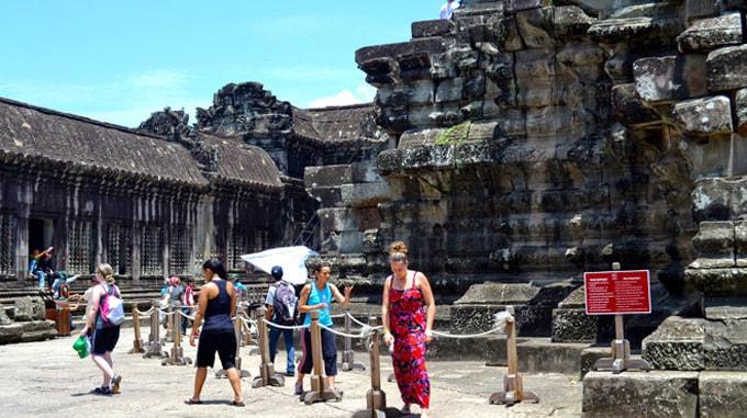 Cấm du khách ăn mặc hở hang vào thăm đền Angkor-min